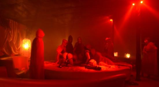 Oczy szeroko zamknięte w Jacuzzi Club & Resort – w każdą sobotę po północy.